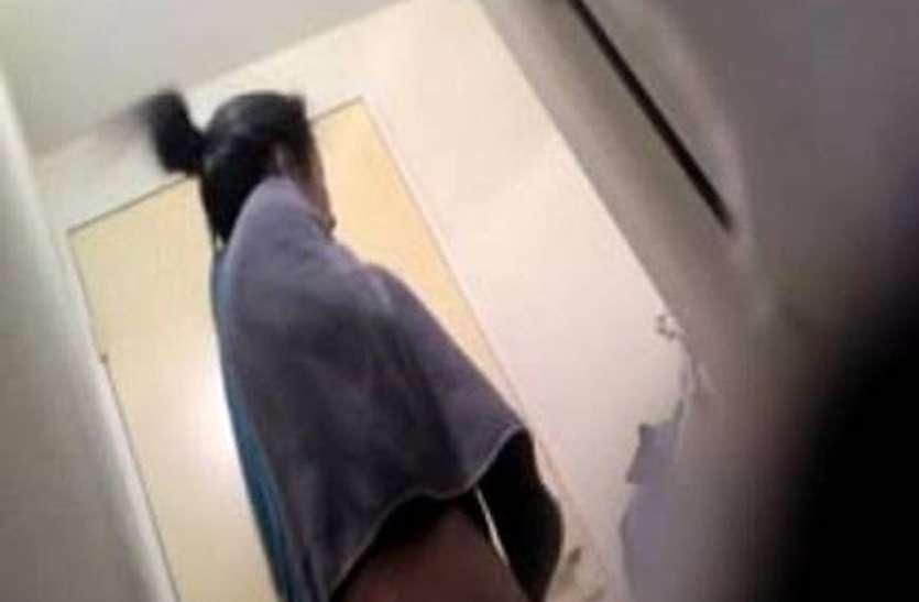 लड़की को नौकरी दिलाने ले गया अपने साथ, जब बाथरूम में नहाने गई लड़की, तभी अचानक पहुंचा लड़का और...