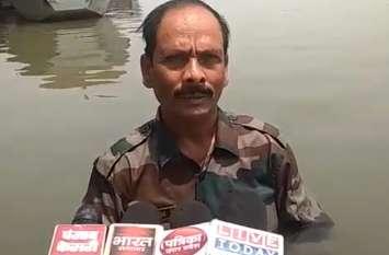 प्रशासन से परेशान गंगा में फौजी कर रहा था सत्याग्रह, पुलिस ने लिया हिरासत में