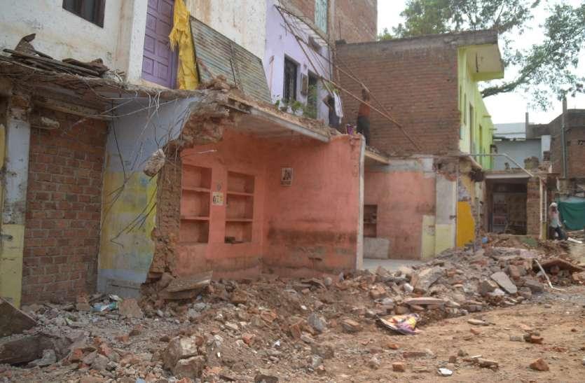 अधिकारियों ने नहीं सुनी मिन्नतें  पक्के निर्माणों पर चलवाई जेसीबी