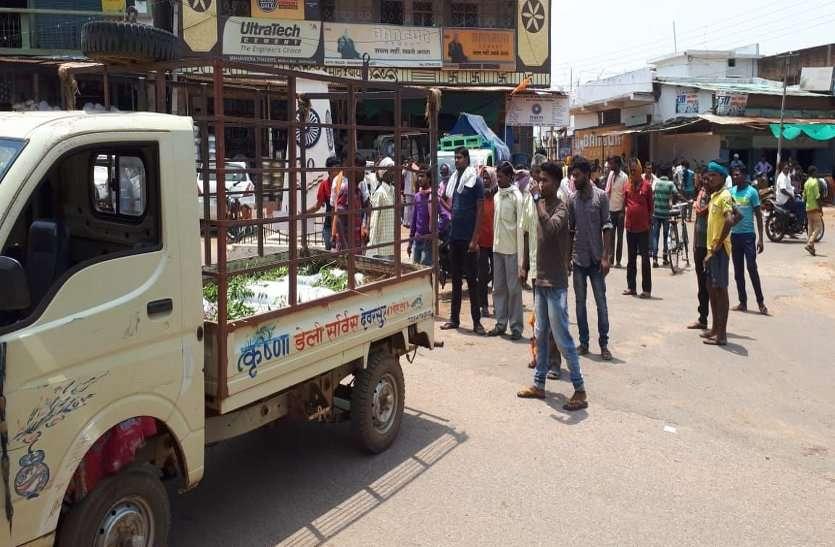 पोस्टमार्टम के लिए नहीं पहुंचे डॉक्टर, ग्रामीणों ने शव को सड़क पर रख कर किया प्रदर्शन