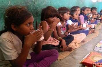 बांसवाड़ा : बच्चों को पोषण देने सरकारी स्कूलों में नवाचार, अब प्रार्थना के बाद मिलेगा दूध का गिलास