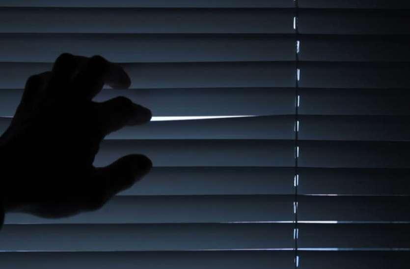 रात में 28 साल के लड़के से मिलने आई 45 साल की महिला, पड़ोसी ने कमरे में देखा तो निकल गई चीख