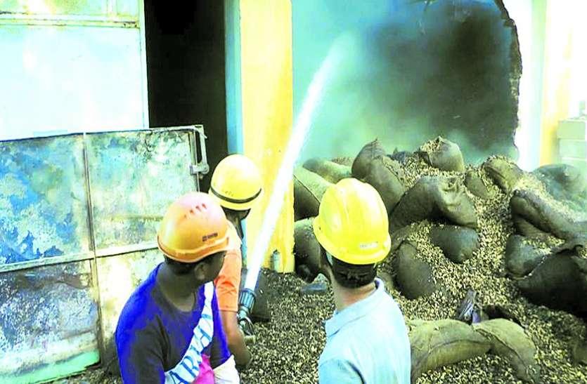 मूंगफली के गोदाम में फिर आग