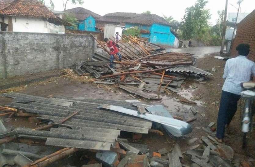 आंधी-तूफान से रबी की फसल हुई बर्बाद, अनेक मकान हुए क्षतिग्रस्त
