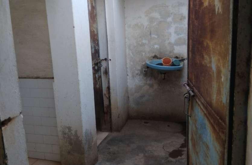 सुविधाघरों में गंदगी, नहीं होती सफाई