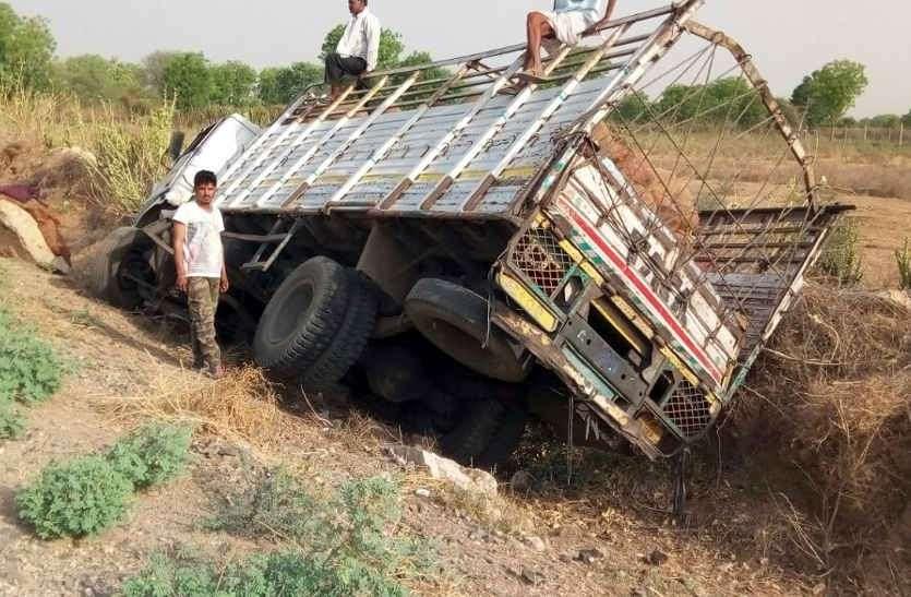 नीलगाय को बचाने के चक्कर में अनियंत्रित होकर पलटा नींबू से भरा ट्रक, एक घंटे तक कैबिन में फंसा रहा चालक, चार घायल
