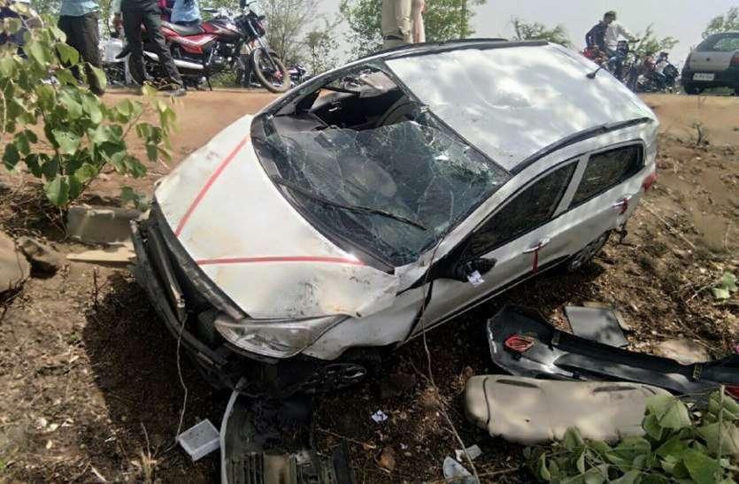 भयानक हादसा: कार ने खाये पलटे और फिर जा टकराई पेड़ में