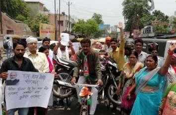 गोरखपुर में रिक्शे पर मोटरसाइकिल लादकर क्यों घूम रहे कांग्रेसी