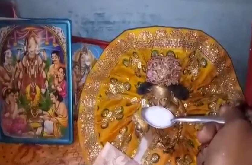 अमेठी में भगवान की पीतल की मूर्ति भी आज दूध पी रही है, भक्तों का लगा तांता