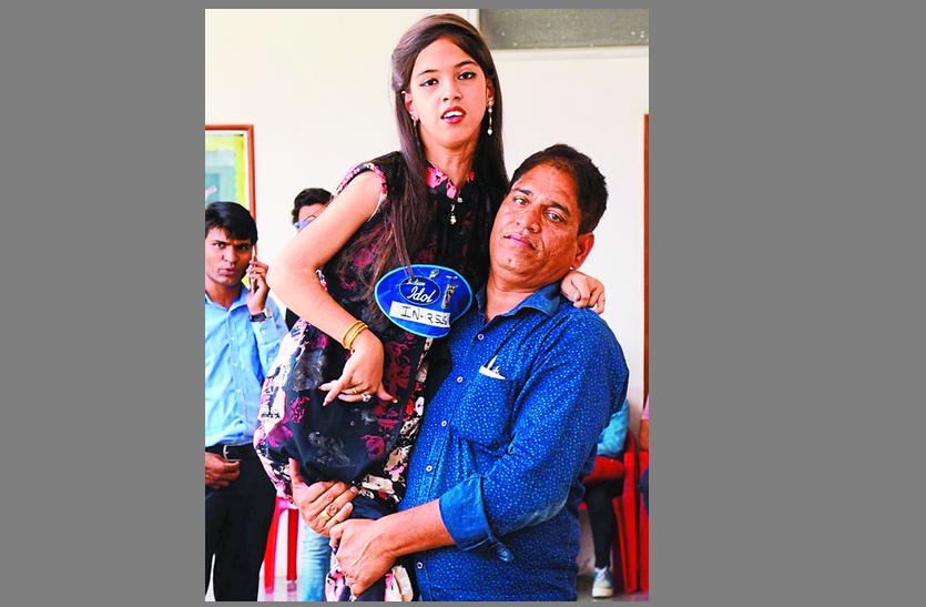 बेटी की ख्वाहिश है इंडियन आइडल बनना, ऑडिशन के लिए गोद में उठाकर लाए पिता