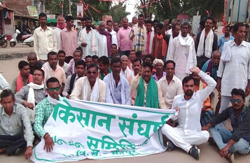 फसल बीमा को लेकर भड़के किसानों ने किया अनोखा प्रदर्शन, सरकार को दी श्रद्धांजलि