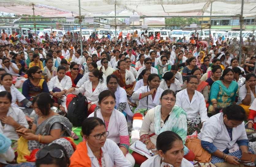 सरकार की चेतावनी के बाद भी नर्सों की हड़ताल जारी, मरीजों की हालत बिगड़ी
