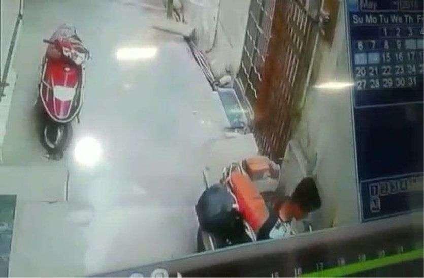 यह क्या...पेट्रोल महंगा हुआ तो उज्जैन में बाइक से चोरी होने लगा पेट्रोल