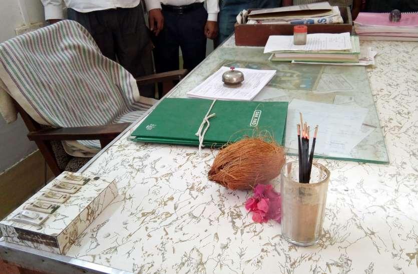 यहां लोगों ने जिंदा अधिकारियों के ही चढ़ा दिए फूल, नारियल और जला दी इनके नाम की अगरबत्ती