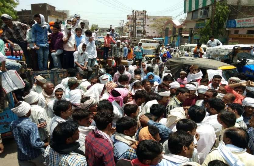 यहां चिलचिलाती धूप में और गर्म रोड पर बैठकर किसानों ने जताया विरोध, लगाया जाम