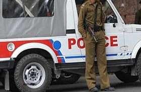 पुलिस की तेज रफ़्तार वाहन ने रास्ते पर चल रहे दो युवकों को उड़ाया