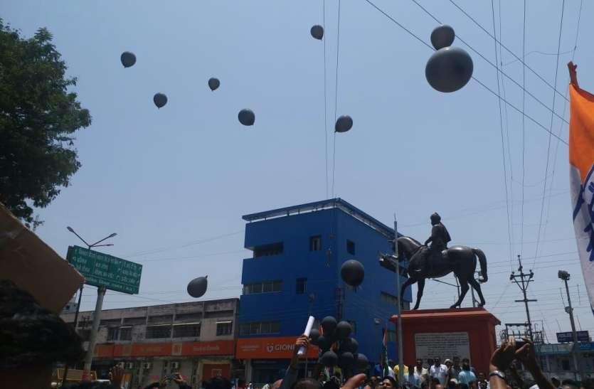 सीएम की सभा से पहले कांग्रेस ने छोड़े काले गुब्बारे