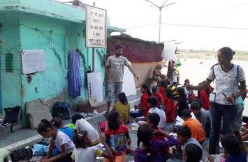 गंगा के उस पार पहुंचाई शिक्षा की अलख, बिना गुरू दक्षिणा के तैयार कर रहे अर्जुन
