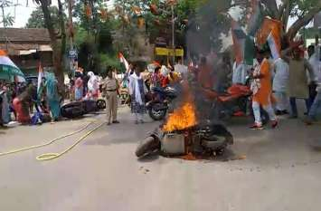 पेट्रोल व डीजल के बढ़ते दामों के विरोध में कांग्रेसियों ने लगाई स्कूटी में आग