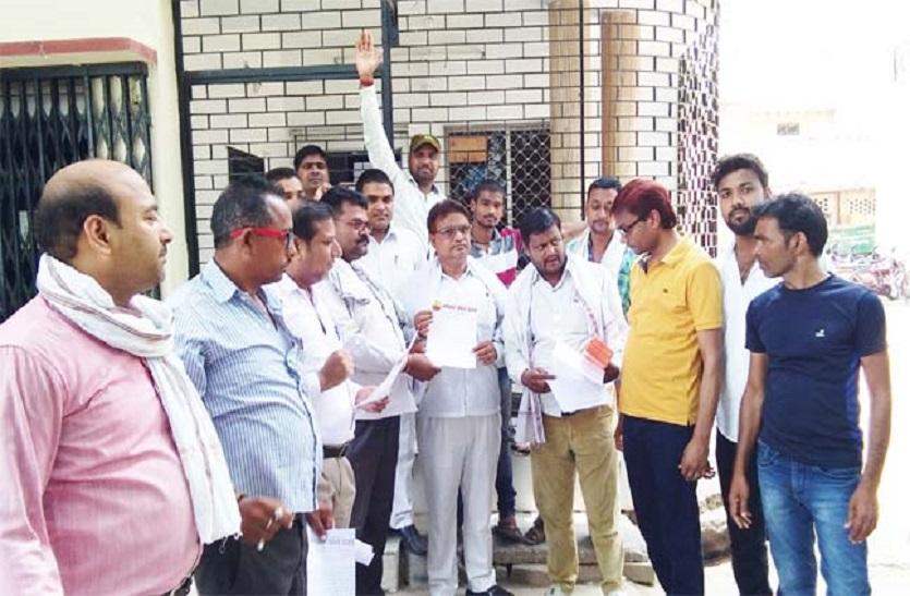 सुअरों के आतंक से परेशान भारत रक्षा दल के कार्यकर्ताओं ने एसडीएम का किया घेराव