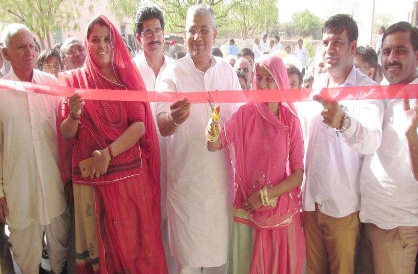 मंत्री ने अधिकारी को ग्रामीणों के सामने किया खड़ा