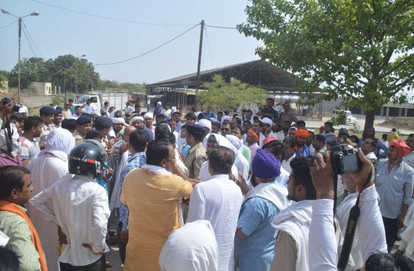 मंत्री के आश्वासन पर समाप्त हुआ धरना, पुलिस के साये में शव पहुंचा गांव
