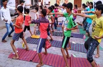 लखनऊ  के हनुमान मंदिर में  बच्चों ने मचाया घमाल