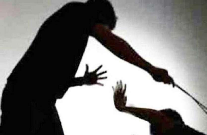 आबकारी अधिकारी समझकर ग्रामीणों ने ठेकेदार के कर्मचारी को पीटा