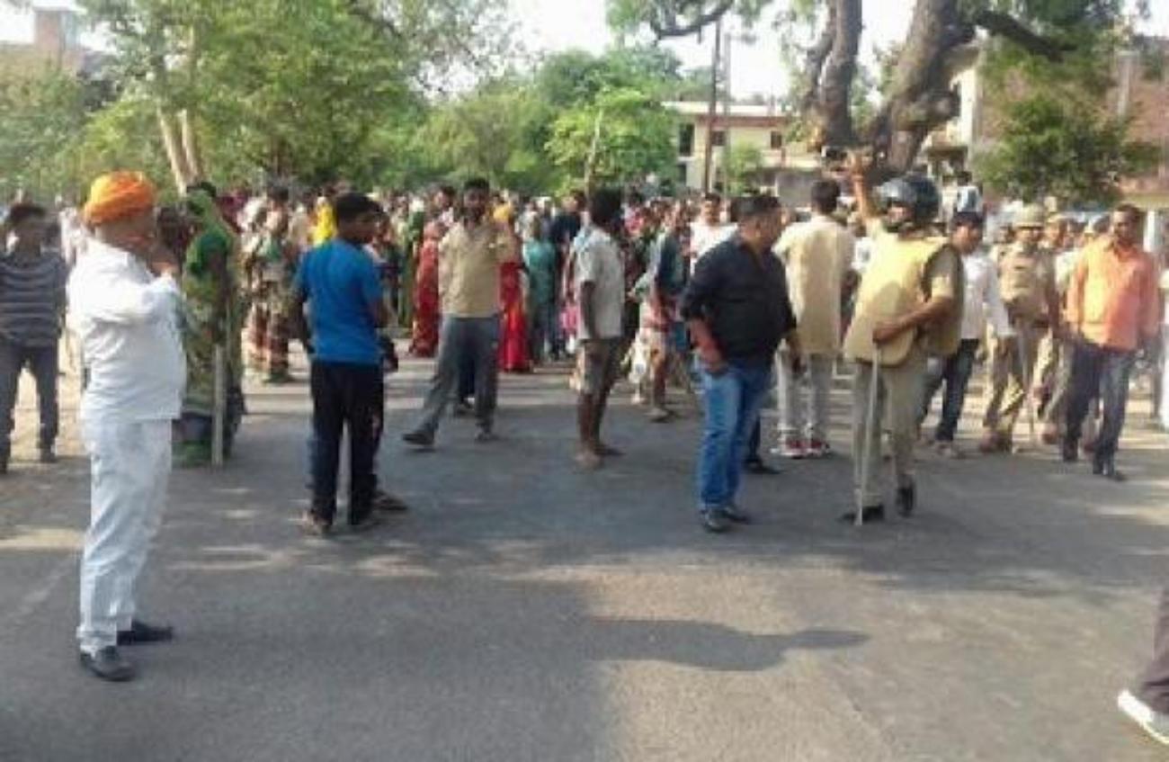भूमि विवाद में फिर गई एक जान, गुस्साएं लोगों ने किया सड़क जाम, पुलिस ने चटकाई लाठियां, दागे आंसू गैस, हवाई फायरिंग