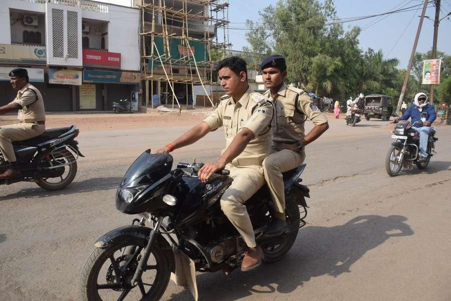 डीजीपी साहब! आप की पुलिस खुद नहीं लगाती हेलमेट, ट्रिपल राइडिंग की देखिए अनचाही तस्वीर