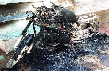 तांत्रिक ने परेशानी से निकलने का बताया अजीब तरीका  युवक फंसा जाल में, लगा देता वाहनों को आग