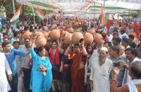बूंद-बूंद पानी के लिए दिल्ली में मचा हाहाकार, कांग्रेस ने 'आप' के खिलाफ खोला मोर्चा, सड़क पर उतरे कार्यकर्ता