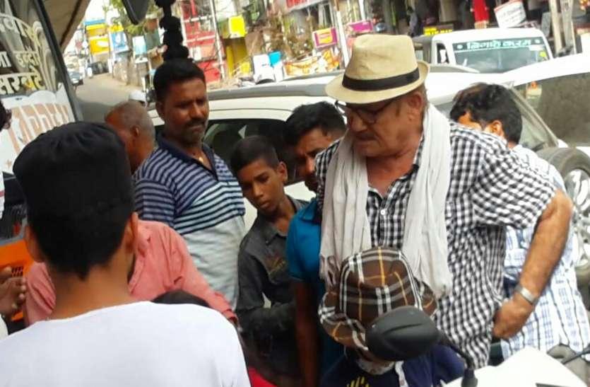 राजधानी में फिल्म अभिनेता अहमद को बस ने मारी टक्कर, लोग समझ रहे थे शुटिंग का हिस्सा लेकिन फटकार के बाद खुला ये राज...