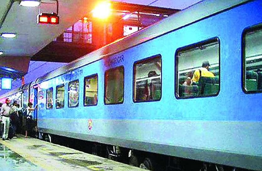 VIDEO : एक ओर लोकल में ठसाठस और मात्र 30 यात्रियों के लिए चल रही यह लग्जरी ट्रेन...