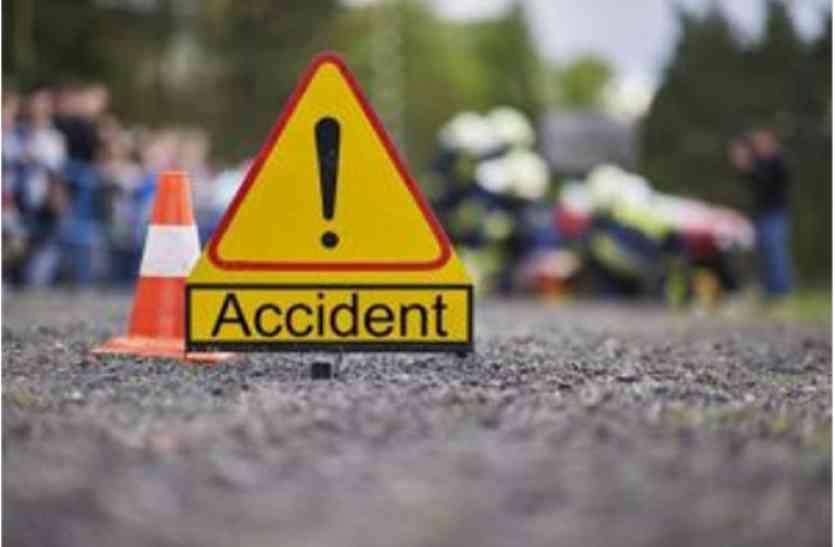 तेज गति से आ रही कार हुई अनियंत्रित, दो लोगों की मौत, दो घायल