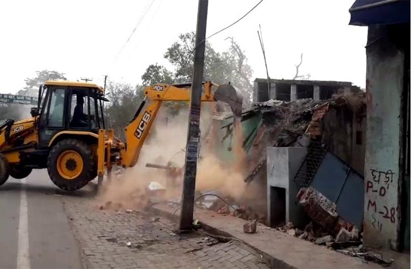 रांची में विरोध के बीच फ्लाईओवर के लिए  मकान-दुकान तोड़ेे