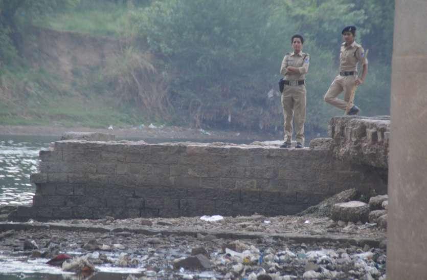 नदी में कूदा बदमाश, दो थानों की पुलिस ने घेरा बीहर का टापू