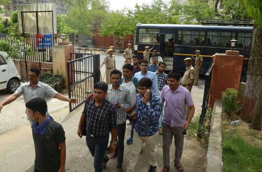 बेरोजगार पहुंचे भाजपा कार्यालय, सरकार नौकरी की जगह दे रही लाठियां