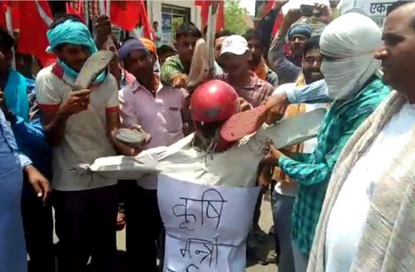 केंद्रीय कृषि मंत्री के खिलाफ राजस्थान में यहां आक्रोश, विरोध करने चप्पल लेकर सड़कों पर आए लोग