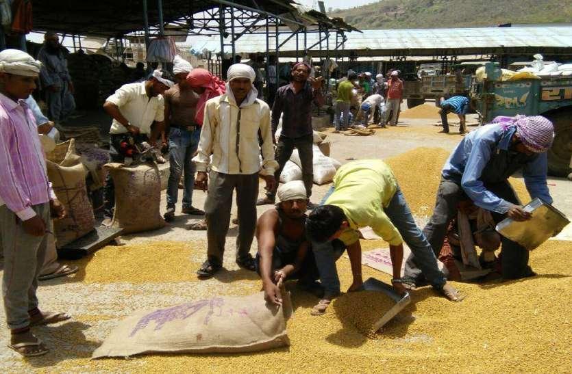 मजदूरी नहीं मिलने से हम्माल परेशान, कहा नहीं मिली मजदूरी तो करेंगे आंदोलन