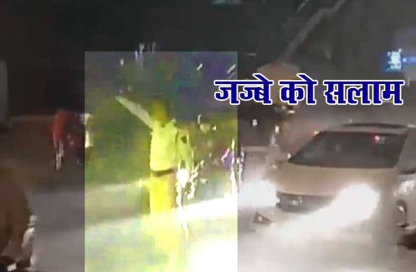 मुंबई ट्रैफिक पुलिसकर्मी के जज्बे को हर कोई कर रहा सलाम, तेज बारिश में सुगम यातायात के लिए करता रहा काम