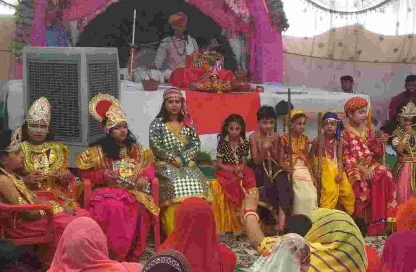 सजाई कृष्ण जन्मोत्सव की झांकी