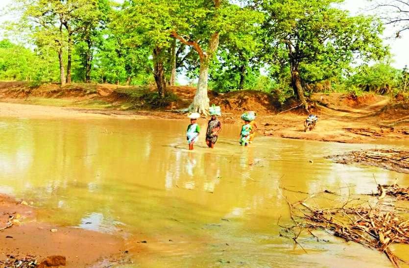 हल्की बारिश में ही गिर पड़ा ग्रामीणों का सहारा, शासन नहीं कर रहा कोई मदद