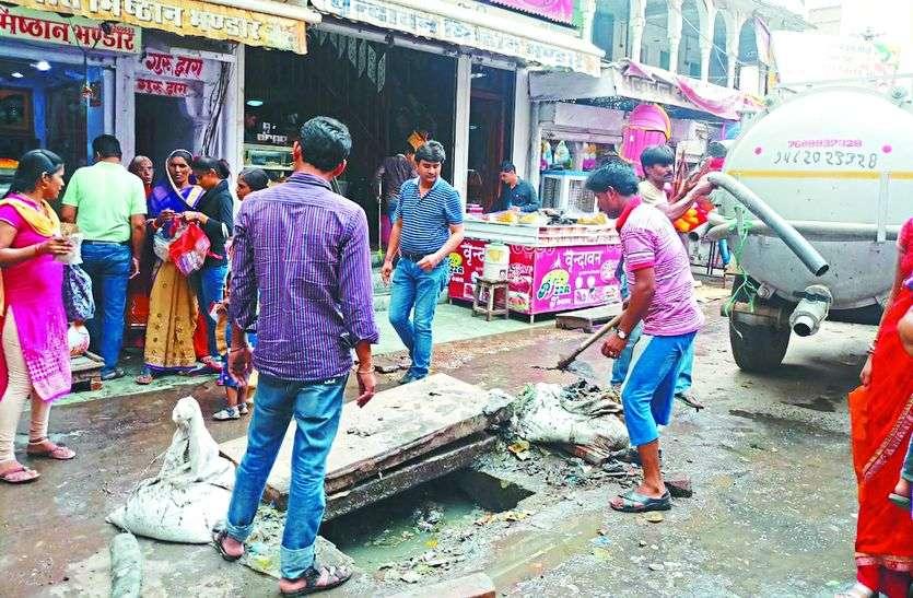 झाडू बंद आन्दोलन : विधायक ने रसूख दिखाते हुए बेटे की दुकान के सामने कराई सफाई , जबकि पूरे शहर में जगह-जगह लगे कचरे के ढ़ेर