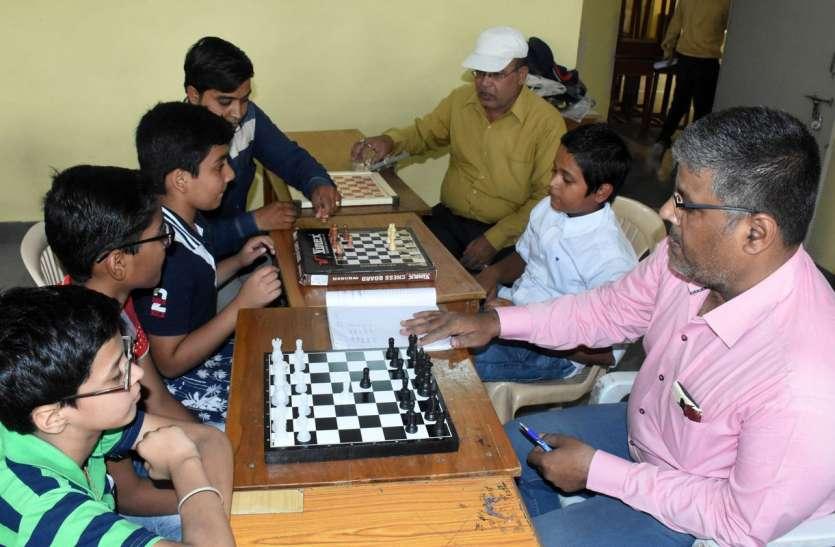 समर कैम्प-प्रतिभागी समझ रहे शतरंज के मोहरों की चाल
