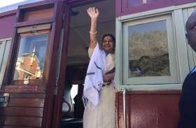 डरबन में 'बापू के घर' गईं सुषमा स्वराज, पीटरमारित्ज स्टेशन पर चढ़ाया फूल