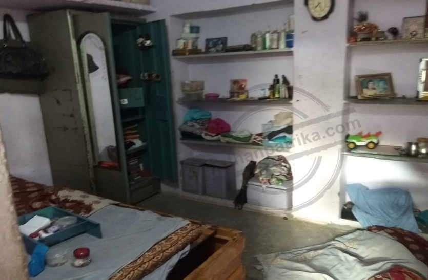 जीवनभर की गाढी कमाई के साथ पड़ौसी की बाइक भी चुरा ले गए भागते चोर, छत के रास्ते चढ़े थे मकान में