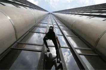OMG! बिना किसी सहारे गगनचुंबी इमारतों पर चढ़ जाता है 55 साल का ये शख्स