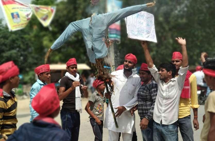 यूपी के जौनपुर में फूंका मुख्यमंत्री का पुतला, कहा, जरा सी भी शर्म बची हो तो...