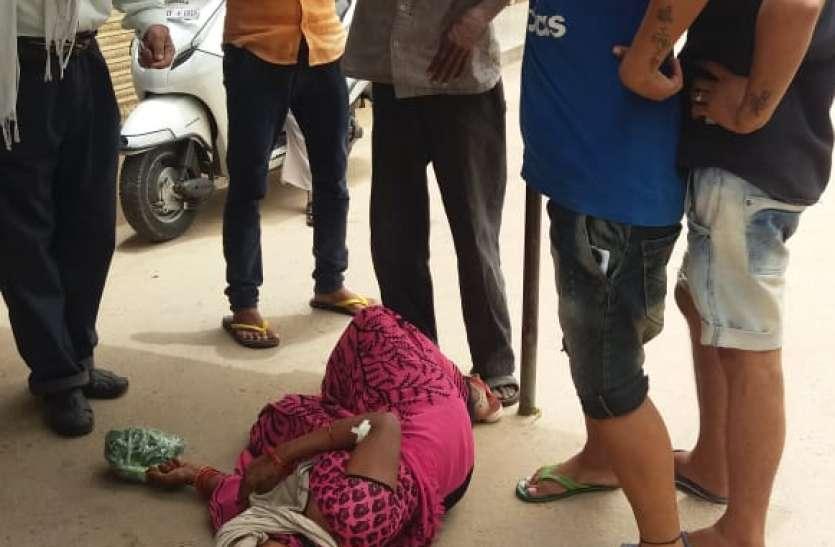जिला अस्पताल में मरीजों सुरक्षा से खिलवाड़, महिला मरीज को परिसर के बाहर तक खदेड़ा